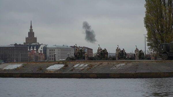 В Риге военные корабли и стрельба из пушек вместо самолетов НАТО и вертолетов из СССР - Sputnik Латвия