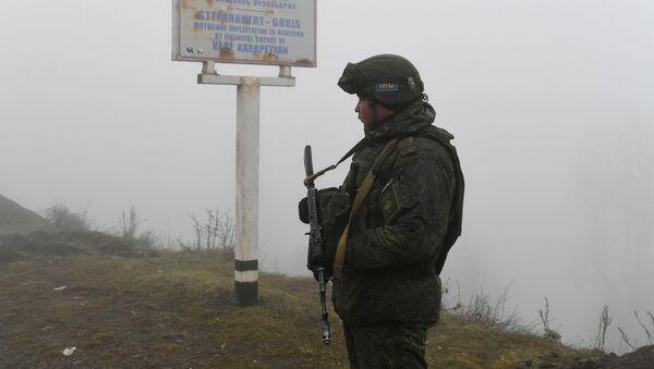 Российский миротворец на блокпосту в Лачинском коридоре - Sputnik Latvija