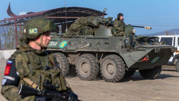 Бронетранспортер БТР-82А российских миротворческих сил на блокпосту в Лачинском коридоре - Sputnik Latvija