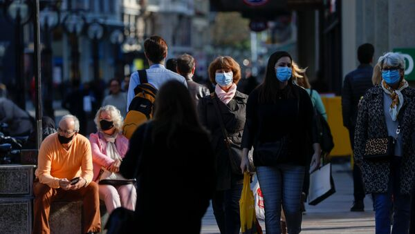 Люди в защитных масках на улице Женевы - Sputnik Латвия