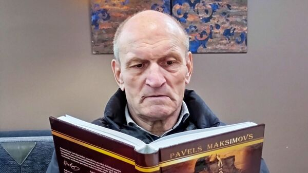 Павел Максимов со своей книгой Латвийскому боксу - 100 - Sputnik Латвия