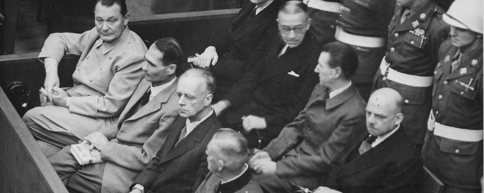 Герман Геринг, адмирал Карл Дениц, адмирал Эрик Редер, Рудольф Гесс, Бальдур фон Ширах и Иоахим фон Риббентроп на скамье подсудимых во время Нюрнбергского процесса  - Sputnik Латвия, 1920, 20.11.2020