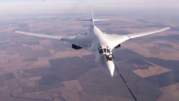Воздушная дозаправка Ту-160 в Саратовской области - Sputnik Latvija