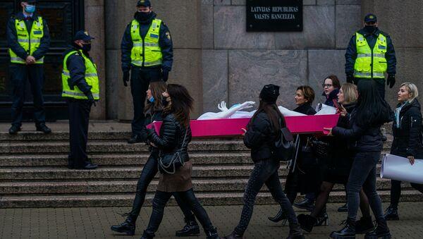 Акция протеста представителей индустрии красоты у кабинета министров против ограничений, связанных с пандемией COVID-19 - Sputnik Латвия