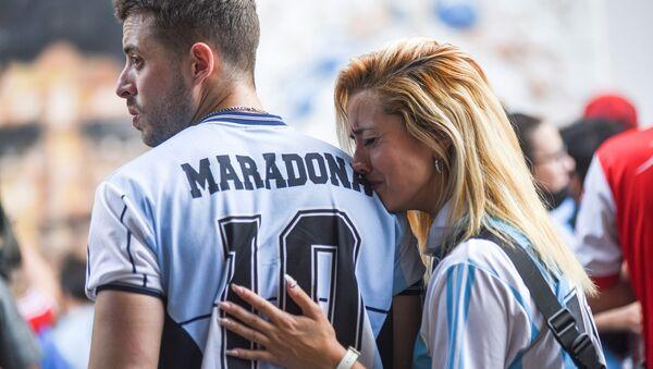 Болельщики во время скорби по Диего Марадоне в Аргентине - Sputnik Latvija