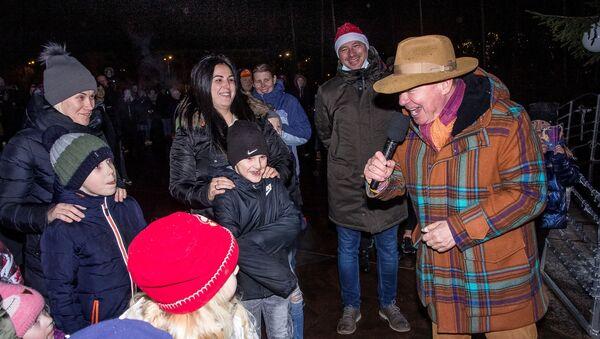 Мэр Вентспилса Айварс Лембергс на торжественной церемонии зажжения огней на рождественской елке.  - Sputnik Латвия