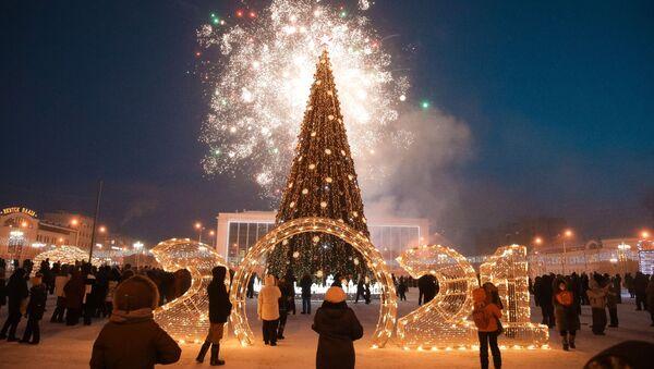 Svētku salūts pirmās Jaungada egles iededzināšanas svinīgajā ceremonijā Jakutskā – tā sākas Krievijas festivāls Ziema sākas Jakutskā - Sputnik Latvija