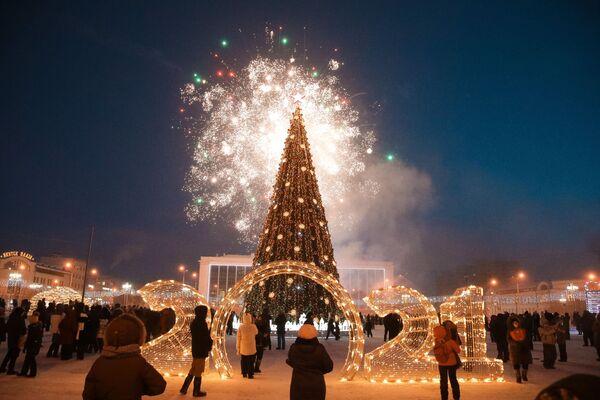 Праздничный салют на торжественной церемонии зажжения огней на первой новогодней елке страны в Якутске в рамках всероссийского фестиваля Зима начинается с Якутии - Sputnik Латвия