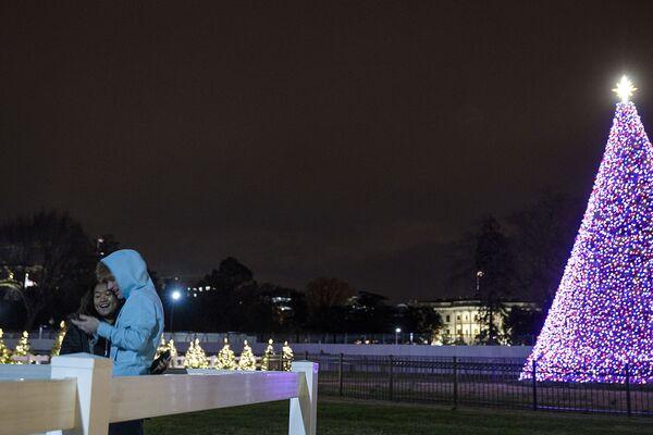 Рождественская ель в парке Эллипс в Вашингтоне, США - Sputnik Латвия