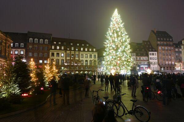Рождественская ель на главной площади Страсбурга, Франция - Sputnik Латвия