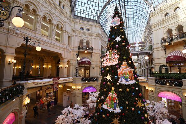 Новогодняя ель в ГУМе в Москве - Sputnik Латвия