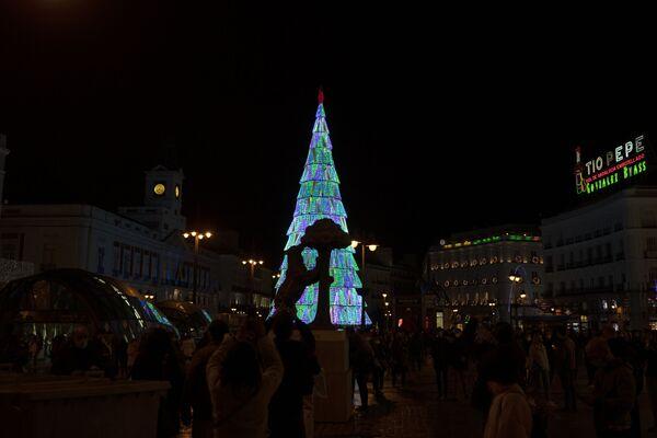 Статуя медведя и земляничного дерева напротив рождественской елки в Мадриде  - Sputnik Латвия