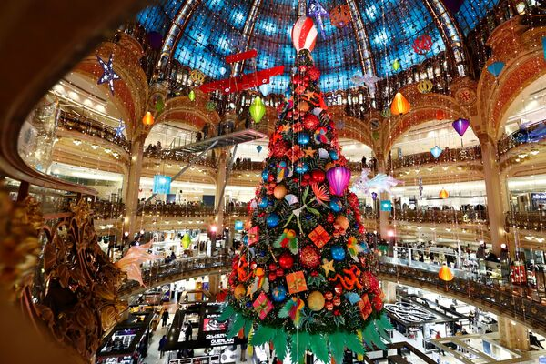 Рождественская елка в ТЦ в Париже  - Sputnik Латвия