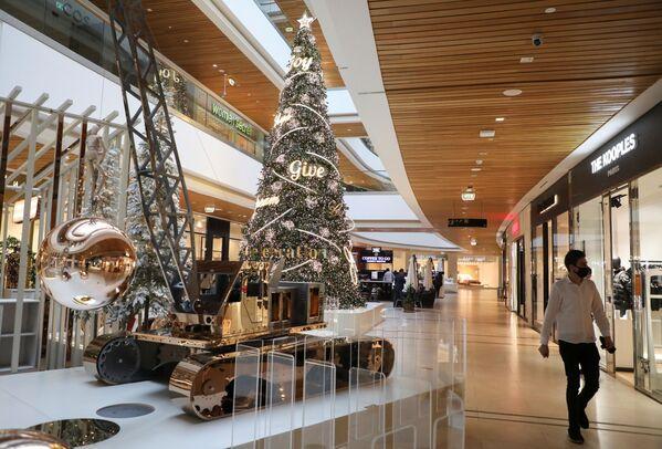 Рождественская елка в торговом центре в Бейруте, Ливан  - Sputnik Латвия