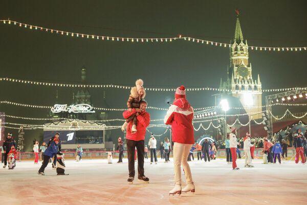Гости на открытии ГУМ-катка на Красной площади в Москве - Sputnik Latvija