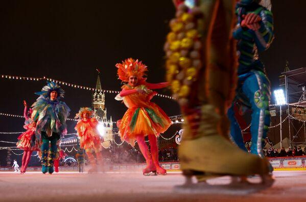 Выступление артистов на открытии ГУМ-катка на Красной площади в Москве - Sputnik Latvija