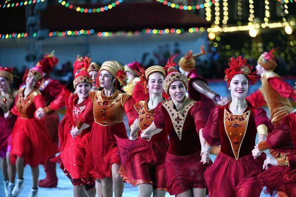 Артисты ледового шоу выступают на открытии ГУМ-катка на Красной площади в Москве - Sputnik Latvija