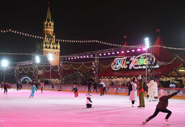 Гости катаются после открытия ГУМ-катка на Красной площади в Москве - Sputnik Latvija