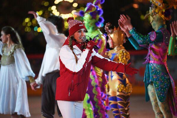Двукратная чемпионка мира, олимпийская чемпионка в танцах на льду Татьяна Навка на открытии ГУМ-катка на Красной площади - Sputnik Latvija