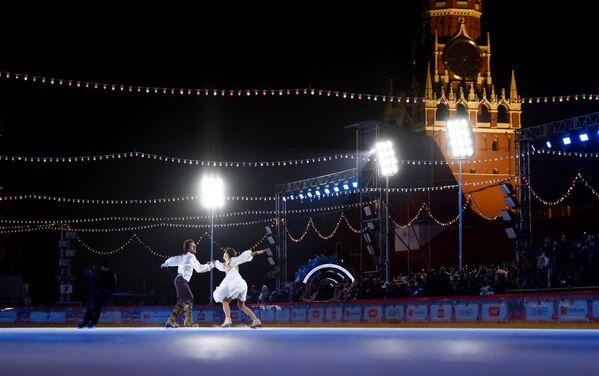 Фигуристы Маргарита Дробязко и Повилас Ванагас выступают на открытии ГУМ-катка на Красной площади в Москве - Sputnik Latvija