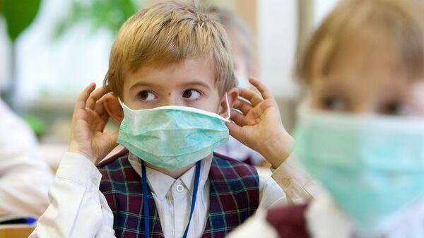Школьники в защитных масках - Sputnik Латвия