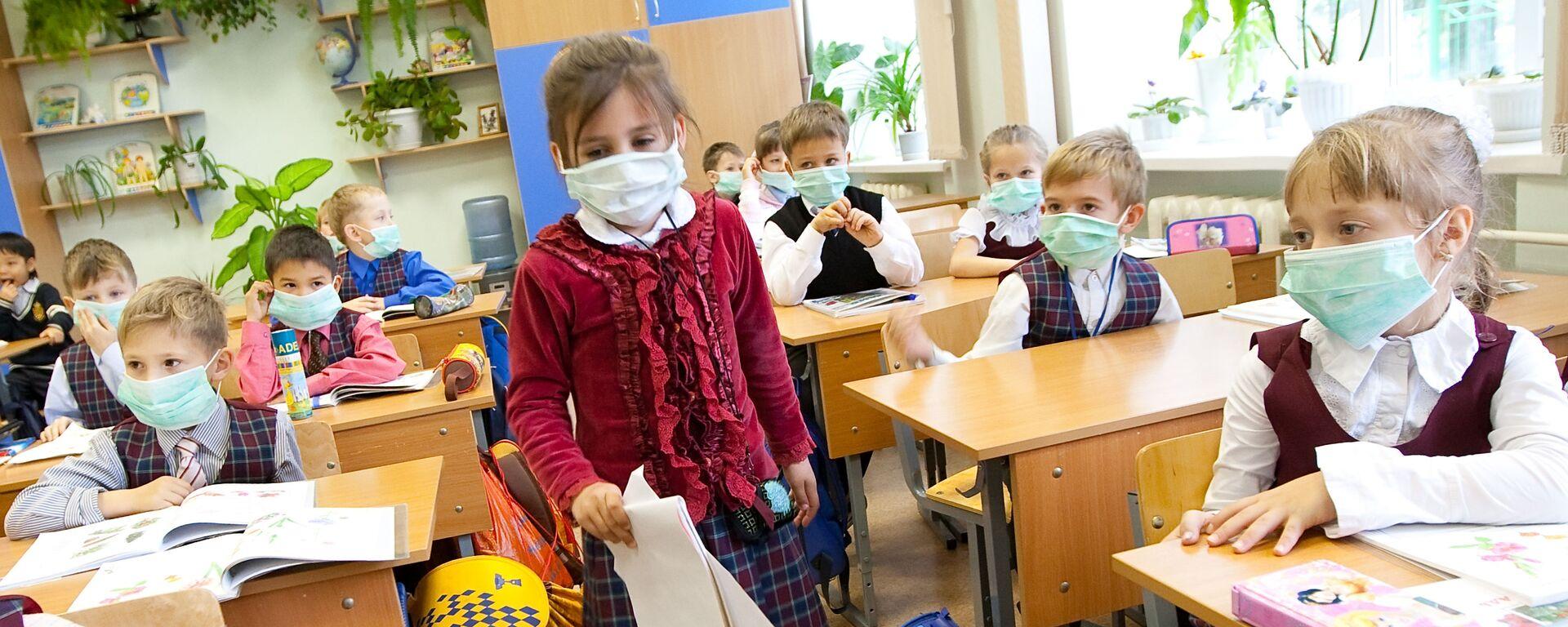 Школьники младших классов в защитных масках - Sputnik Латвия, 1920, 16.02.2021