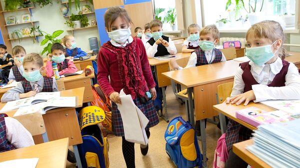 Школьники младших классов в защитных масках - Sputnik Latvija