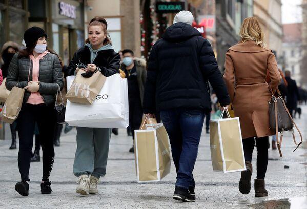 Прохожие с покупками на улицах Праги, Чехия - Sputnik Latvija