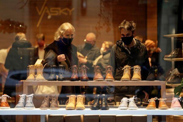 Покупатели в обувном магазине в Праге, Чехия - Sputnik Latvija