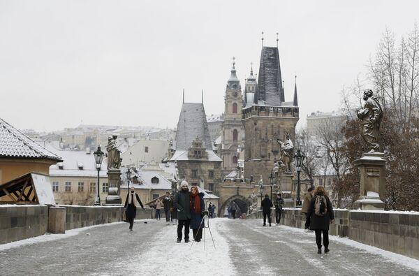 Туристы гуляют по Карлову мосту в Праге, Чехия - Sputnik Latvija