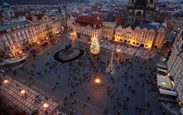 Рождественская ель на Староместской площади в Праге, Чехия - Sputnik Latvija