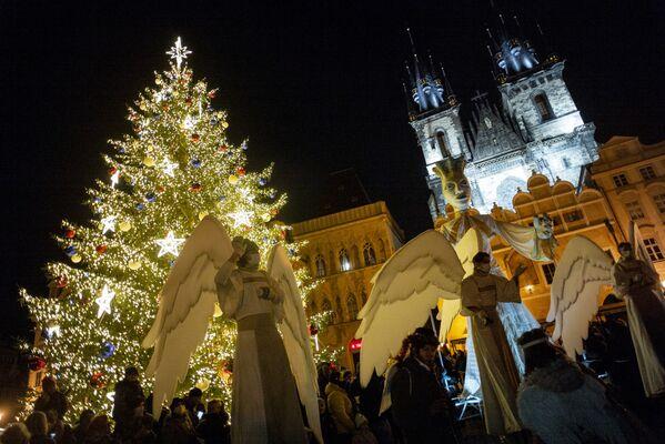 Костюмированное представление на Староместской площади в Праге, Чехия - Sputnik Latvija