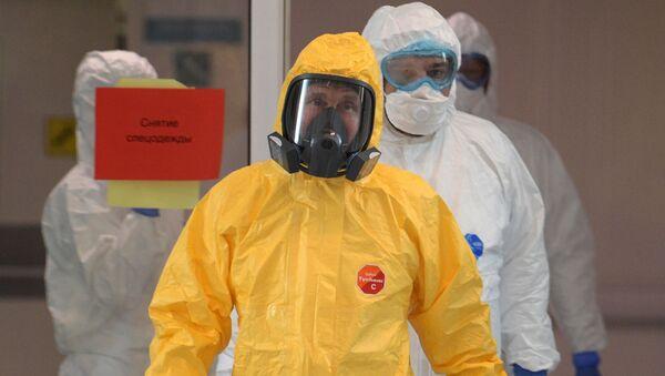 Президент РФ Владимир Путин во время посещения больницы, предназначенной для пациентов с подозрением на коронавирус, в московском посёлке Коммунарка - Sputnik Латвия
