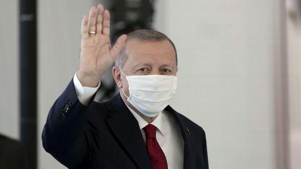 Президент Турции Реджеп Тайип Эрдоган в защитной медицинской маске в одном из госпиталей Стамбула - Sputnik Латвия