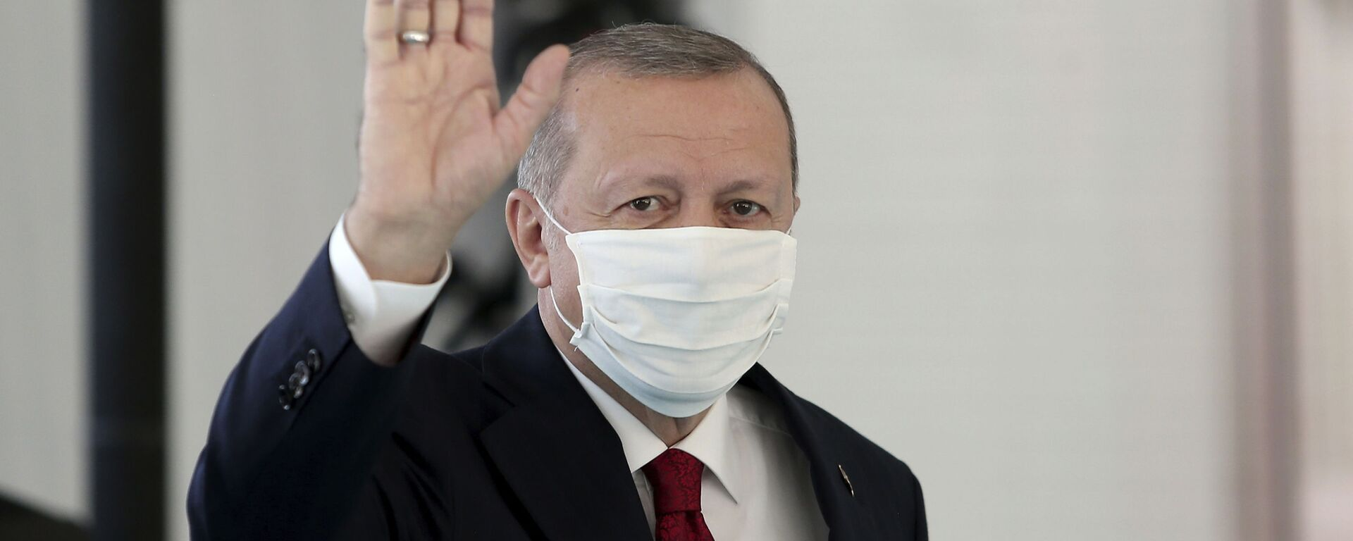 Президент Турции Реджеп Тайип Эрдоган в защитной медицинской маске в одном из госпиталей Стамбула - Sputnik Latvija, 1920, 30.06.2021
