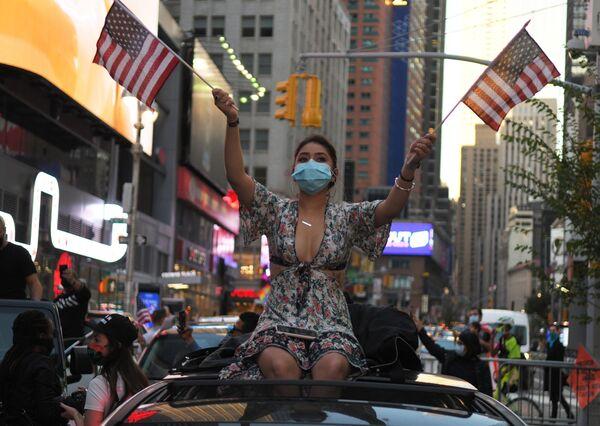 Meitene Ņujorkā pēc ziņām par Demokrātiskās partijas kandidāta Džo Baidena uzvaru ASV prezidenta vēlēšanās - Sputnik Latvija
