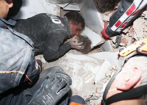 Glābēji Turcijā izvilkuši bērnu no gruvešiem pēc zemestrīces Izmirā, 3. novembrī - Sputnik Latvija