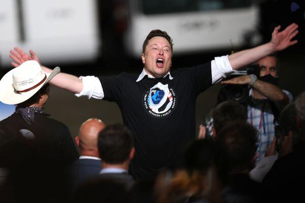 Ilons Masks svin raķetes SpaceX Falcon 9 sekmīgo startu ar kosmosa kuģi Crew Dragon Kenedija kosmiskajā centrā 30. maijā  - Sputnik Latvija