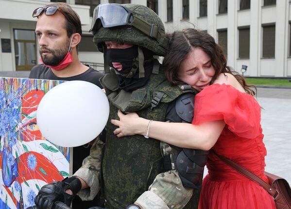 Protesta akcijas dalībnieki un karavīrs Minskā pēc prezidenta vēlēšanām Baltkrievijā - Sputnik Latvija