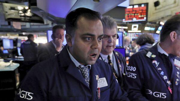 Специалист Нью-Йоркской фондовой биржи реагирует известие о падении рынков - Sputnik Latvija