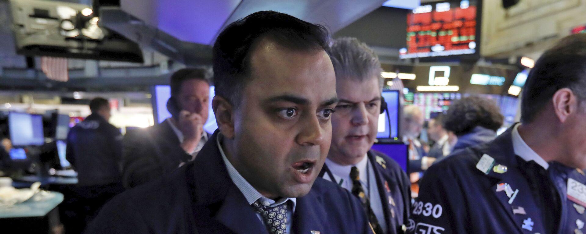 Специалист Нью-Йоркской фондовой биржи реагирует известие о падении рынков - Sputnik Latvija, 1920, 21.02.2021