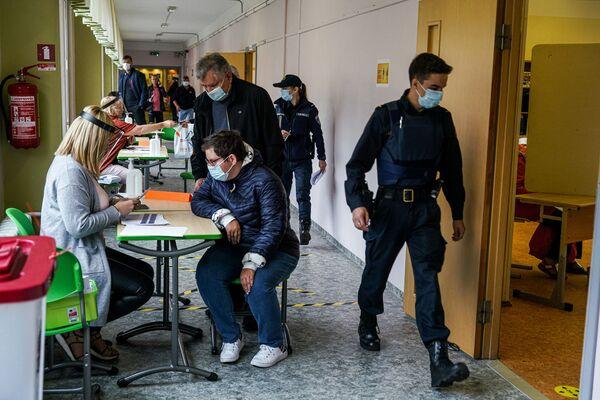 Daudzu valstu valdības nolēma neatcelt šogad ieplānotās vēlēšanas un organizēt tās saskaņā ar epidemioloģiskajiem ierobežojumiem. Piemēram, tā notika Rīgas domes vēlēšanas 29. augustā. Galu galā Latvijas galvaspilsēta saņēma jaunu valdošo koalīciju ar mēru Mārtiņu Staķi priekšgalā - Sputnik Latvija