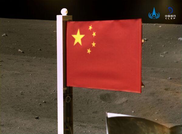 Ķīnas valsts karogs uz Mēness 4. decembrī - Sputnik Latvija