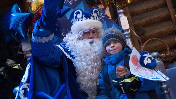 Дед Мороз принимает подарок от мальчика - Sputnik Латвия