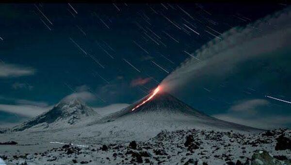 Раскаленная лава на заснеженных склонах: на Камчатке проснулся вулкан Ключевская сопка - Sputnik Latvija