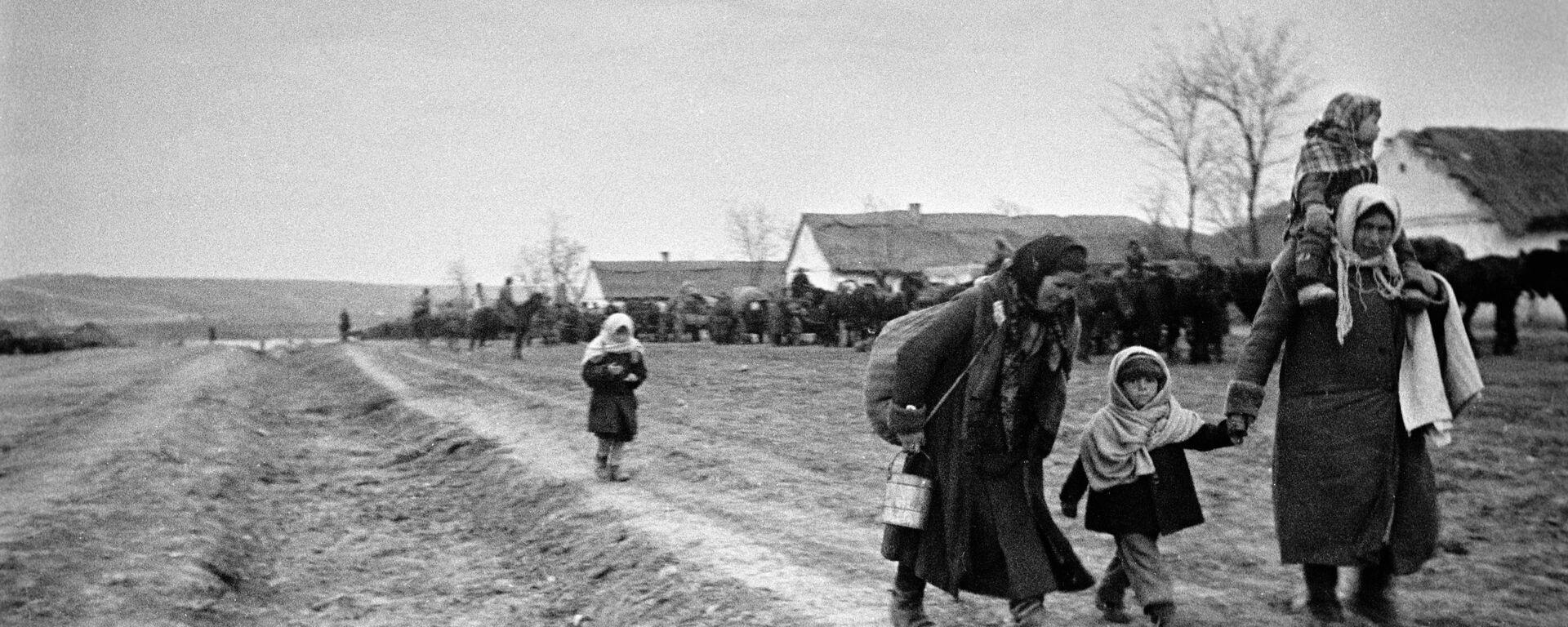 Мирные жители возвращаются в освобожденные деревни. Украина. Одесская область. - Sputnik Latvija, 1920, 07.01.2021