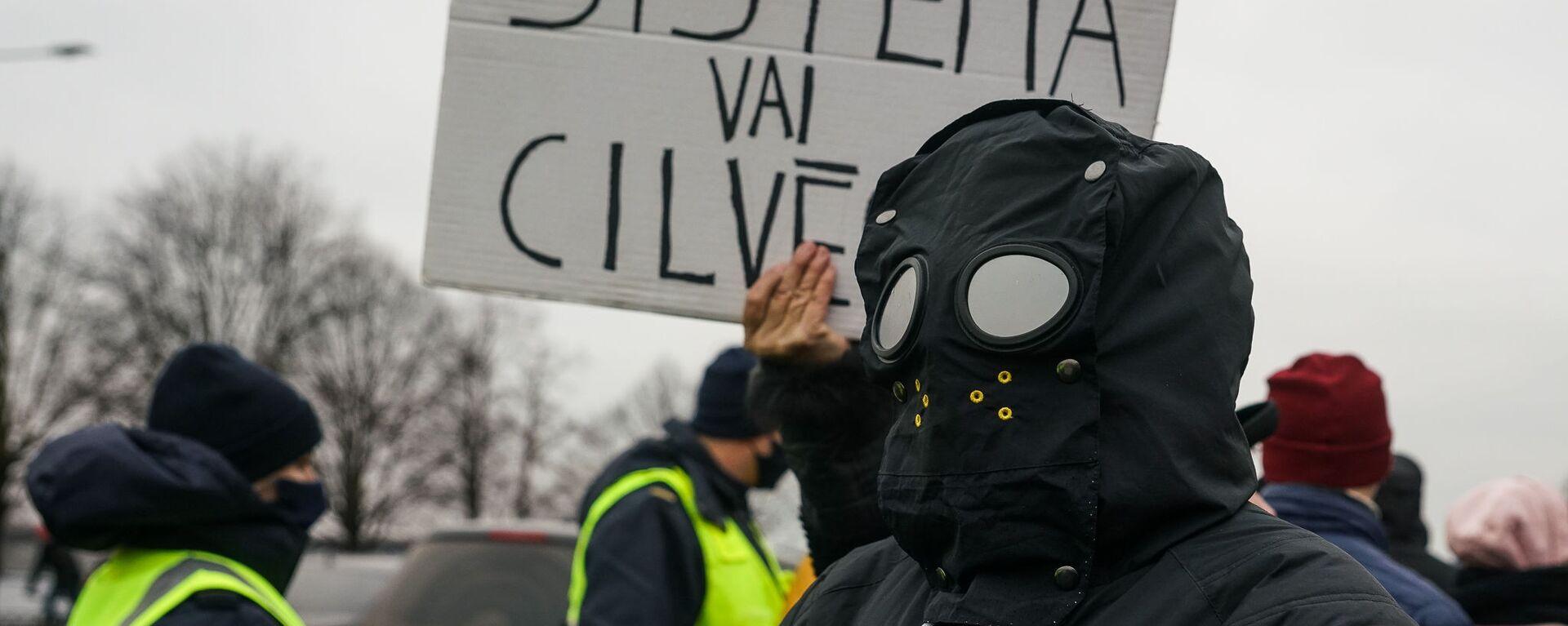 Плакат Система или человек. Акция протеста на набережной 11 Ноября в Риге против ограничений в связи с пандемией COVID-19 - Sputnik Латвия, 1920, 08.07.2021