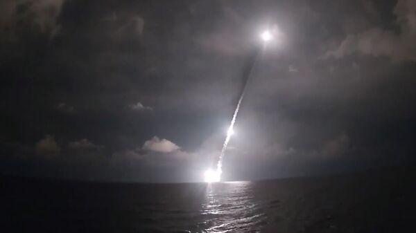Залп четырьмя баллистическими ракетами Булава с борта новейшей подлодки Владимир Мономах - Sputnik Латвия