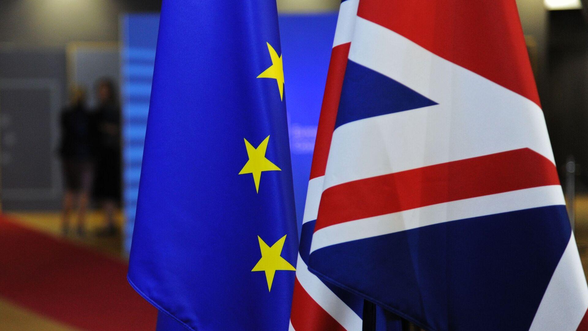 Флаги Евросоюза и Великобритании перед началом саммита ЕС в Брюсселе - Sputnik Латвия, 1920, 24.09.2021