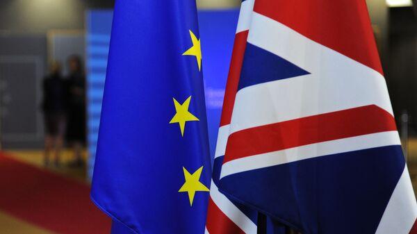Флаги Евросоюза и Великобритании перед началом саммита ЕС в Брюсселе - Sputnik Латвия